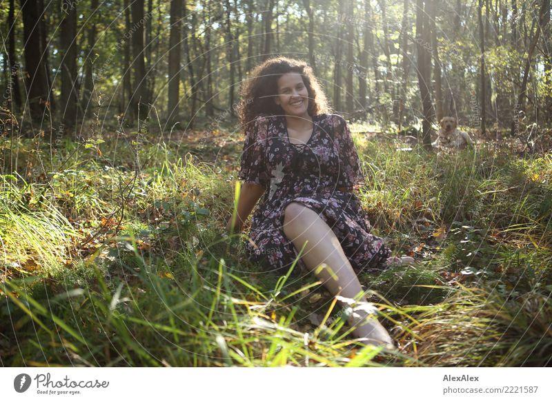 Flora auf der Lichtung Natur Jugendliche Junge Frau Sommer schön Wald 18-30 Jahre Erwachsene Leben Herbst feminin Glück leuchten ästhetisch Idylle sitzen