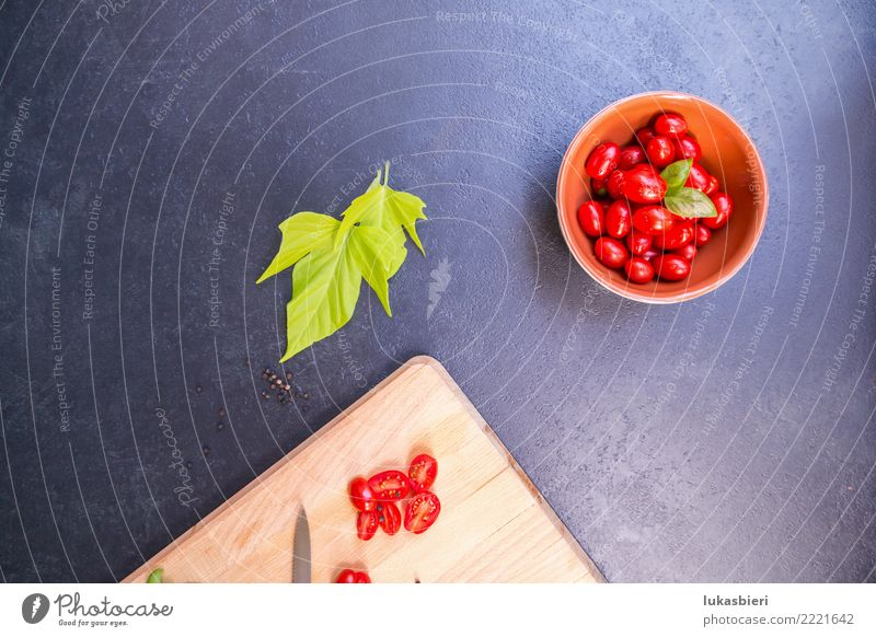Cherrytomaten mit Schneidebrett Gemüse Kräuter & Gewürze Aperitif Schalen & Schüsseln Tomate cherry nah Basilikum schnittbrett aufgeschnitten frisch Blatt