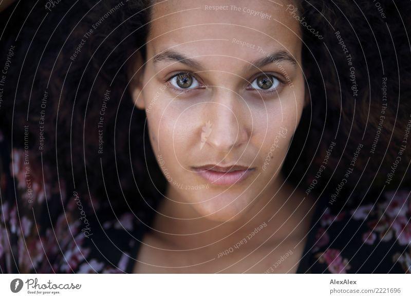 ganz hier Glück schön Gesicht Wohlgefühl Junge Frau Jugendliche Auge 18-30 Jahre Erwachsene Kleid brünett langhaarig Locken grüne Augen beobachten liegen Blick