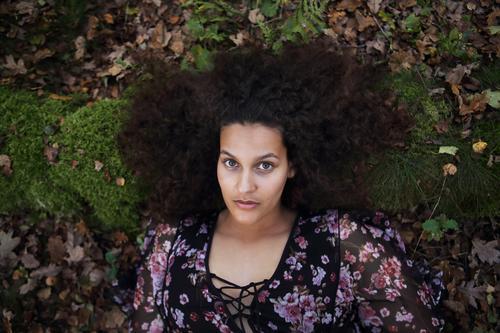 Portrait im Wald Natur Jugendliche Junge Frau schön Blatt 18-30 Jahre Gesicht Erwachsene feminin Glück außergewöhnlich Haare & Frisuren Erde liegen ästhetisch