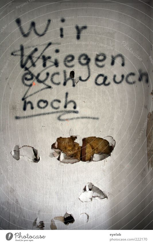 Garantiert ! Haus dunkel Wand Stein Mauer Gebäude Graffiti Raum dreckig Fassade Schriftzeichen kaputt bedrohlich Zeichen gruselig trashig