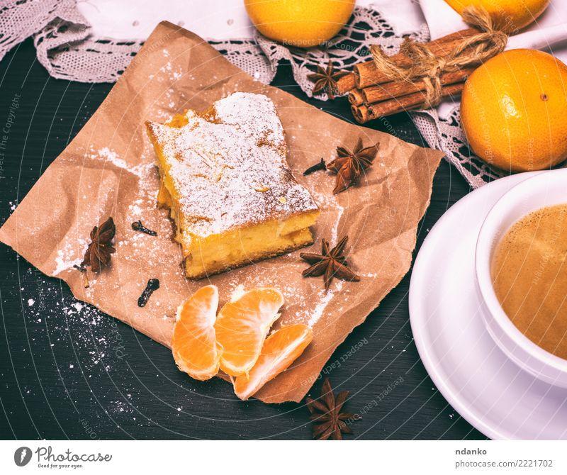 Stück Mandarinkuchen Lebensmittel Frucht Kuchen Dessert Ernährung Vegetarische Ernährung Getränk Kaffee Becher Tisch Holz Essen lecker natürlich braun gelb