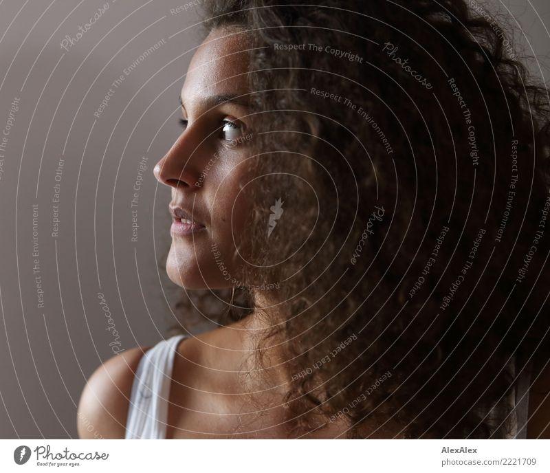 Portrait schön Haare & Frisuren Gesicht Junge Frau Jugendliche 18-30 Jahre Erwachsene brünett langhaarig Locken Porträt Blick träumen ästhetisch authentisch