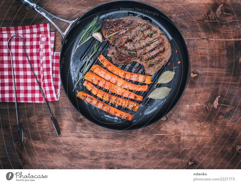gebratener Rindfleischstapel rot schwarz Essen Holz braun Tisch kochen & garen Kräuter & Gewürze lecker Gemüse heiß Restaurant Fleisch Mahlzeit Mittagessen