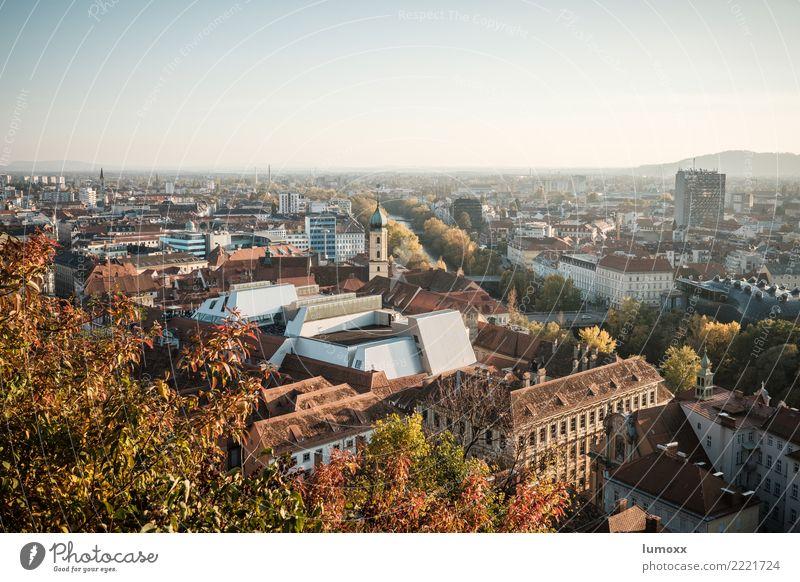 Blick über die Dächer von Graz Umwelt Natur Herbst braun gelb gold Schlossberg Österreich Kunsthaus Blatt Stadt Stadtzentrum Weltkulturerbe Dach Farbfoto Abend