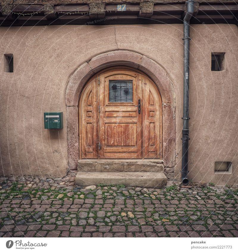 l'entrée Altstadt Haus Architektur Fassade Fenster Tür alt historisch Bogen Eingangstür Kopfsteinpflaster gemütlich Holztür Elsass Farbfoto Außenaufnahme