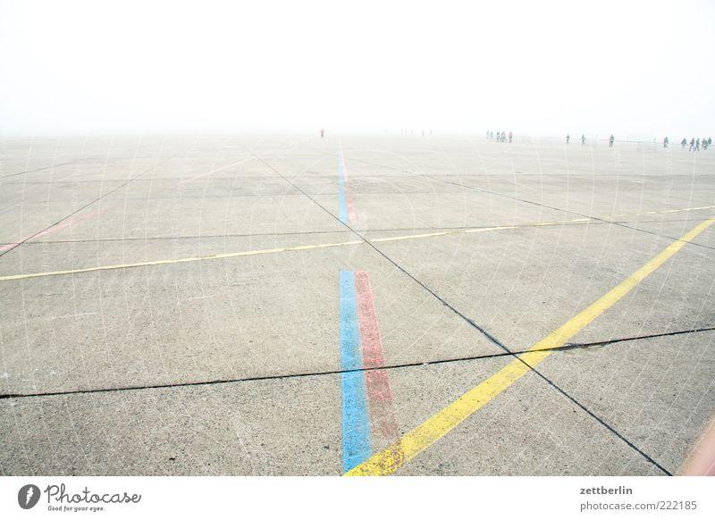 Laufweite Freizeit & Hobby Ausflug Ferne Klima Nebel Flughafen laufen Berlin Linie Markierungslinie Marathon Beton Platz Horizont Fuge Läufer Streifen