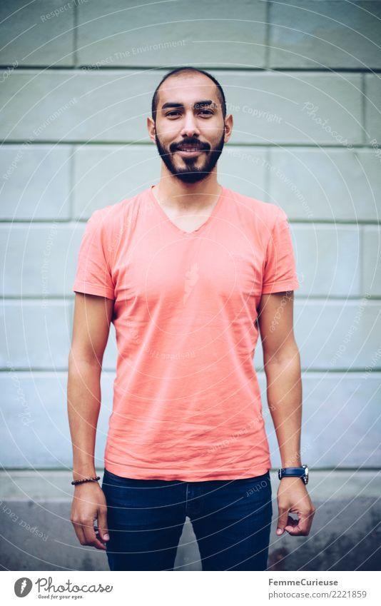 Urban young man (68) maskulin Junger Mann Jugendliche Erwachsene 1 Mensch 18-30 Jahre Mode Bekleidung Freizeit & Hobby T-Shirt Jeanshose rot Fassade Bart