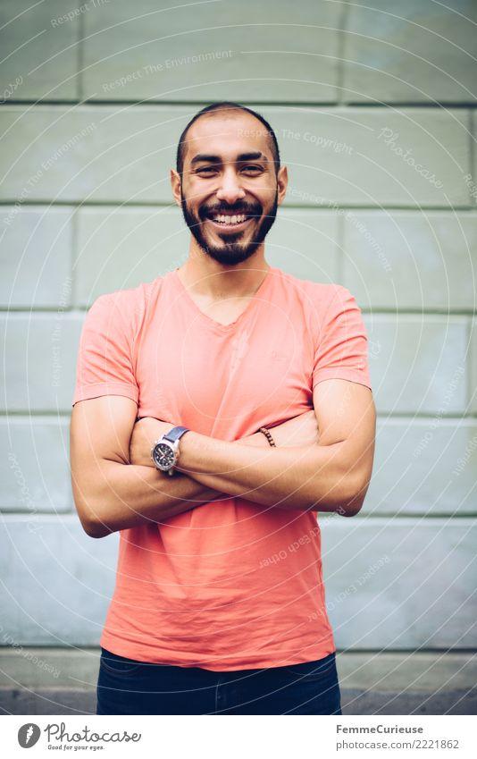 Urban young man (39) maskulin Junger Mann Jugendliche Erwachsene 1 Mensch 18-30 Jahre Mode Bekleidung Freude Fröhlichkeit lachen Lächeln T-Shirt Armbanduhr