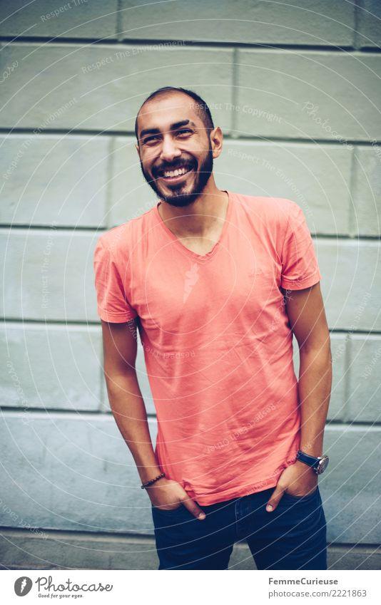 Urban young man (34) maskulin Junger Mann Jugendliche Erwachsene 1 Mensch 18-30 Jahre Mode Bekleidung Freude Stadt Vielfältig lachen Lächeln Glück Hosentasche
