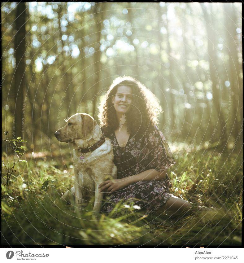 Du und dein Haustier Glück schön harmonisch Wohlgefühl Ausflug Abenteuer Junge Frau Jugendliche Natur Sommer Herbst Schönes Wetter Gras Waldlichtung Kleid