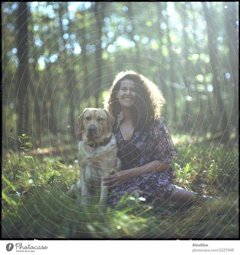 Mo und Flora im Wald Natur Jugendliche Junge Frau Sommer schön Freude 18-30 Jahre Erwachsene Leben Herbst natürlich feminin Gras ästhetisch sitzen Lächeln