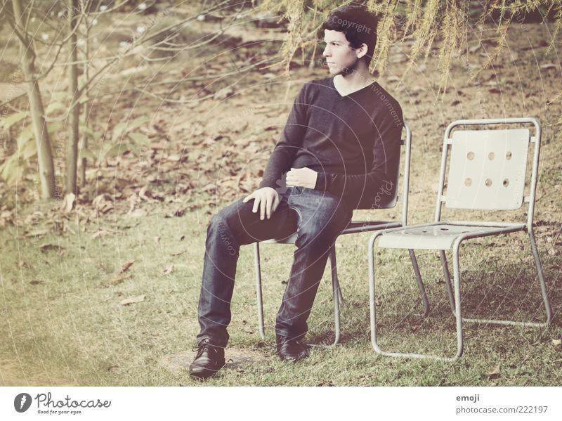 zu zweit allein maskulin Junger Mann Jugendliche 1 Mensch 18-30 Jahre Erwachsene einzigartig Stuhl Einsamkeit Erholung Pause sitzen warten 2 lässig Farbfoto