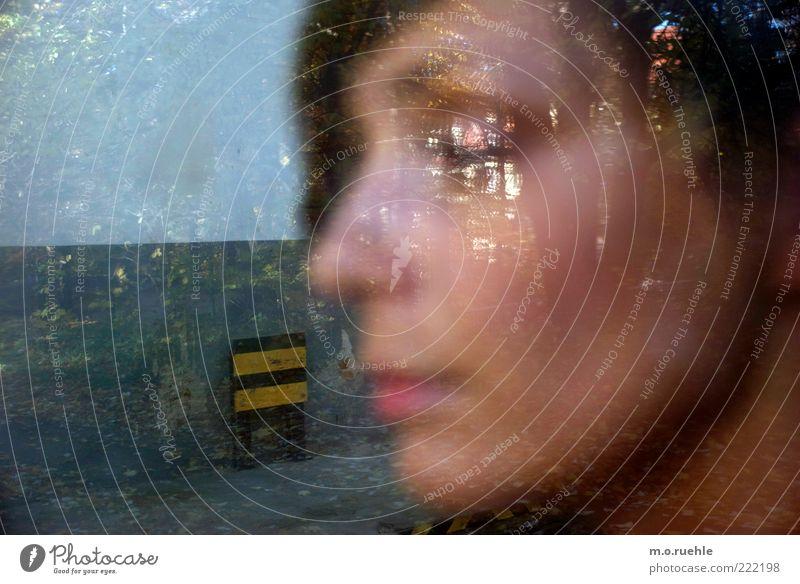 in limbo feminin Junge Frau Jugendliche Erwachsene Haut Kopf Haare & Frisuren Gesicht 1 Mensch 18-30 Jahre schwarzhaarig Blick träumen Sehnsucht Heimweh Fernweh