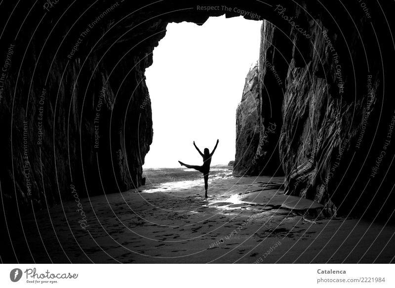 schwungvoll | das Tanzbein heben Mensch Sommer schön Wasser weiß Strand schwarz Küste feminin Bewegung grau Sand Felsen Luft elegant ästhetisch