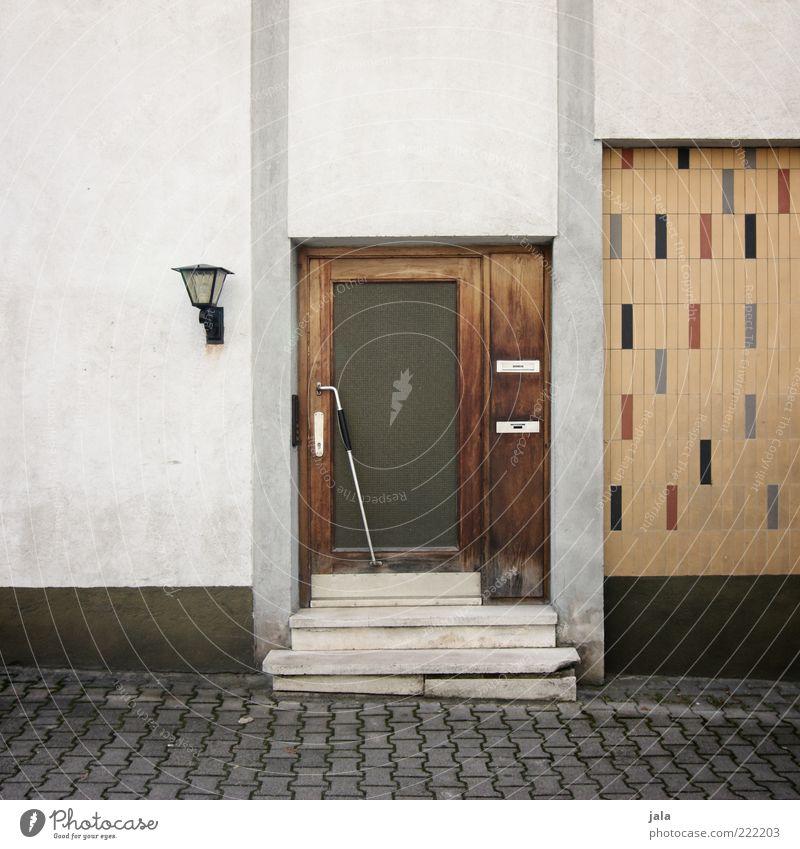 eingangstür Haus Wand Mauer Gebäude Architektur Tür Fassade Treppe trist Fliesen u. Kacheln Laterne Bauwerk Eingang Briefkasten Sechziger Jahre