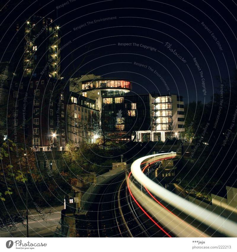 speed of light. Hamburg St. Pauli Stadt Haus Hochhaus Architektur Schienenverkehr S-Bahn Gleise Geschwindigkeit Skyline Kurve Beleuchtung Farbfoto Außenaufnahme