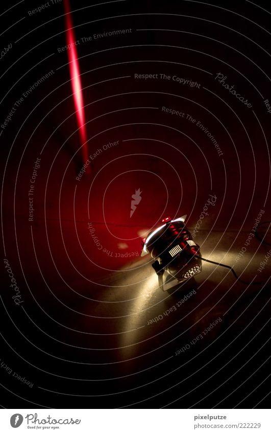 scheinbar Bühne Veranstaltung Show hell gelb rot schwarz Farbfoto Innenaufnahme Menschenleer Textfreiraum oben Nacht Kontrast Low Key Starke Tiefenschärfe