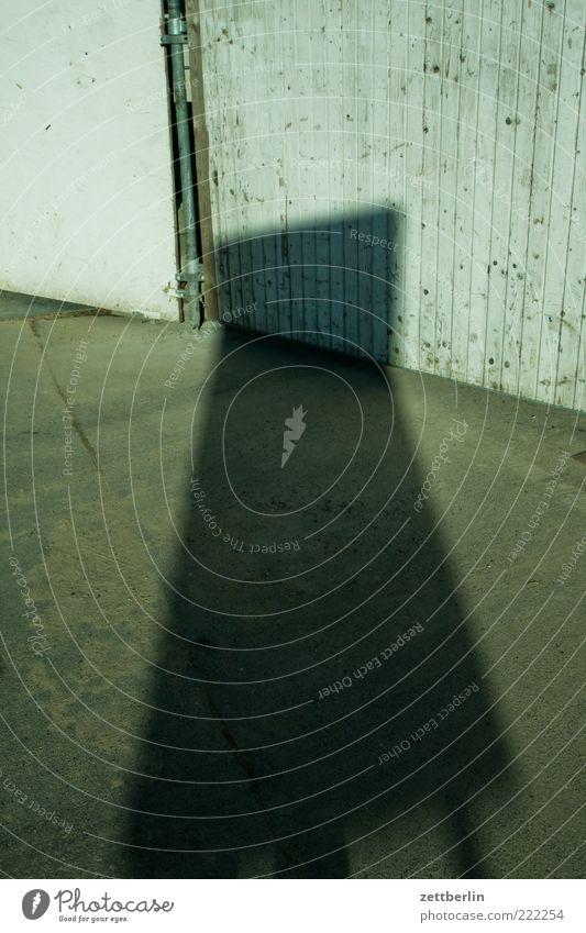 Schatten Oktober wallroth Licht Bürgersteig Wege & Pfade Fassade Schilder & Markierungen Bodenplatten Textfreiraum Menschenleer Wand