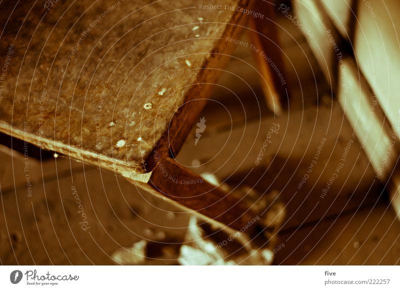 alter stuhl alt Holz dreckig kaputt Stuhl einfach verfallen Verfall schäbig zerbrechlich eckig Anschnitt Holzfußboden Bildausschnitt gebraucht unbrauchbar