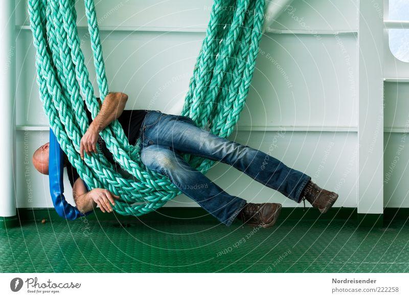 Müde in den Seilen hängen Lifestyle Erholung Mensch maskulin Mann Erwachsene Leben Schifffahrt Passagierschiff An Bord Jeanshose Wanderschuhe Glatze Metall