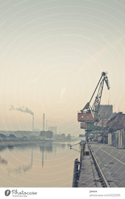 Hafen Wasser Himmel Fluss Industrieanlage Binnenschifffahrt alt blau braun Kran Schornstein Gleise Dunst Rheinhafen Karlsruhe Farbfoto Gedeckte Farben