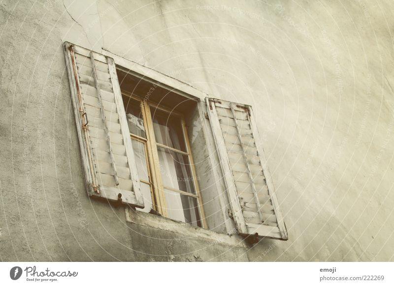 Ton in Ton in Ton alt Haus Wand Fenster Holz Mauer Gebäude braun Architektur Fassade Fensterscheibe Putz Fensterladen Fensterkreuz Fensterrahmen Fensterfront