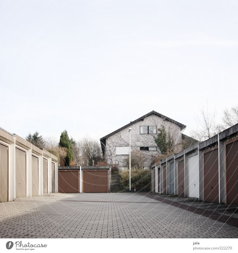 garagen Himmel Pflanze Baum Sträucher Haus Platz Bauwerk Gebäude Architektur Garage trist Farbfoto Außenaufnahme Menschenleer Textfreiraum oben Tag