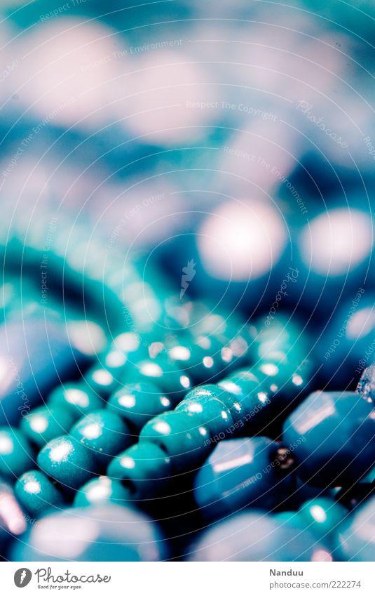 Mädchenfoto blau schön Kitsch Schmuck viele Kette Perle Makroaufnahme Halskette Krimskrams Perlenkette