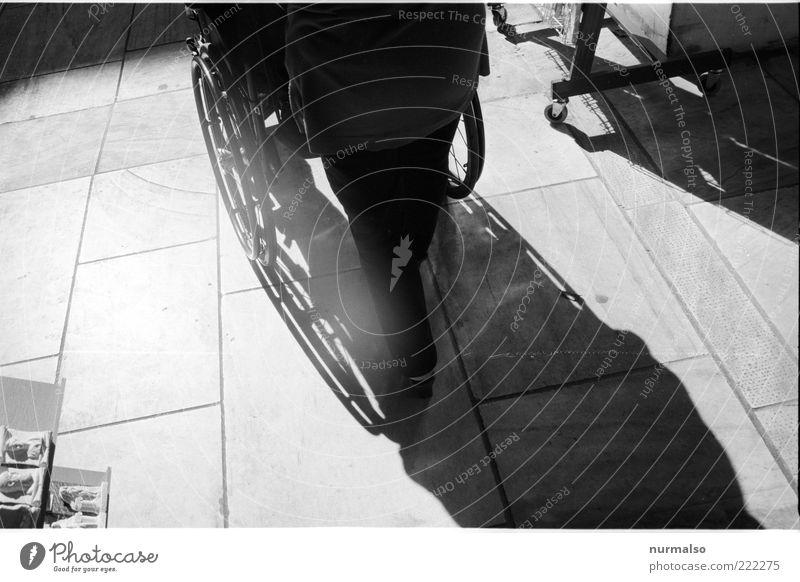 schatten einer bewegung Gesundheitswesen Ruhestand Mensch 1 Umwelt Platz Fußgänger sitzen alt Krankheit anstrengen Leben Rollstuhl Behinderte schieben Helfer