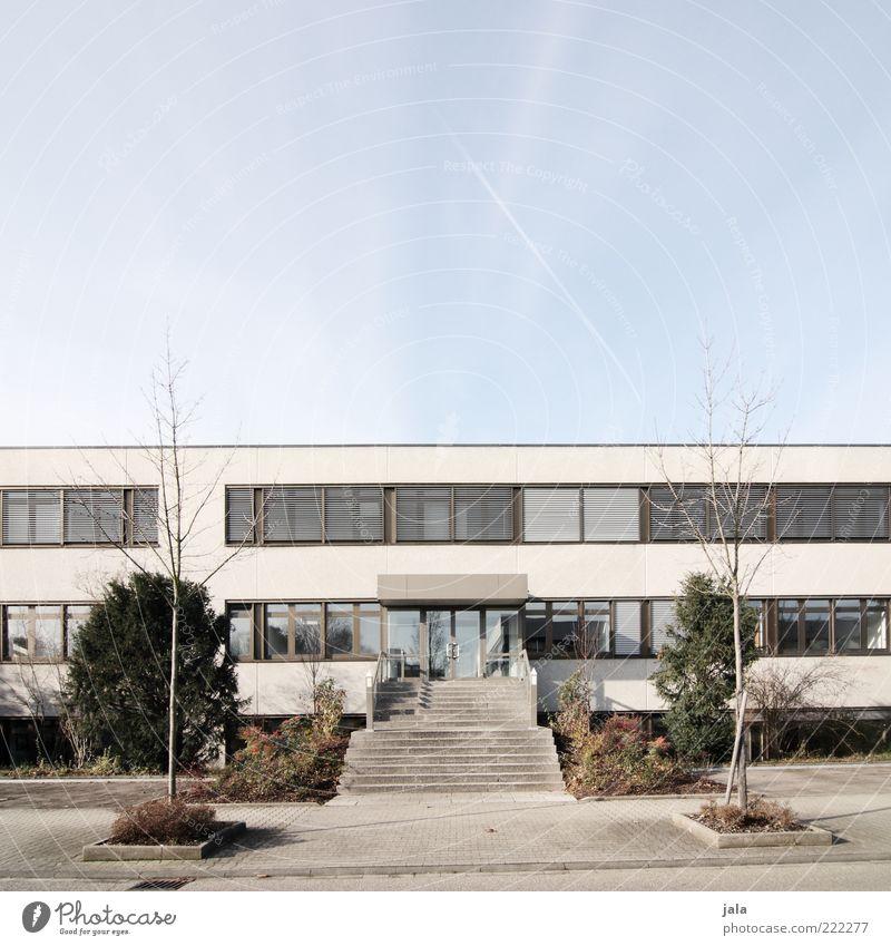 headquarters Arbeitsplatz Mittelstand Unternehmen Karriere Himmel Baum Sträucher Haus Bauwerk Gebäude Architektur Treppe Fenster Tür trist blau grau grün weiß