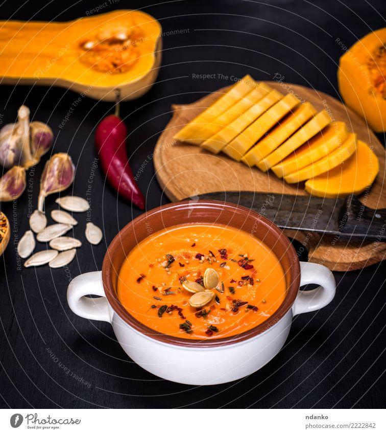 Kürbissuppe in einer keramischen Platte Natur Speise schwarz Essen gelb natürlich Holz Ernährung frisch Tisch Kräuter & Gewürze Küche Gemüse Jahreszeiten Ernte