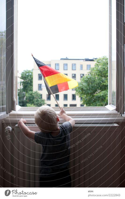farbe bekennen Kind Mensch Stadt Fenster Leben Gefühle Junge Deutschland Stimmung Wohnung Häusliches Leben Kindheit blond Fröhlichkeit Deutsche Flagge T-Shirt