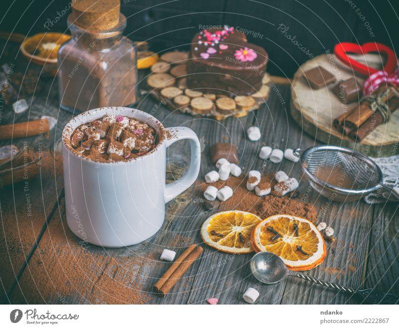 heiße Schokolade mit Marshmallows Kuchen Süßwaren Heißgetränk Kakao Tasse Löffel Tisch Holz Herz Essen weiß trinken Becher orange süß Zimt rustikal altehrwürdig