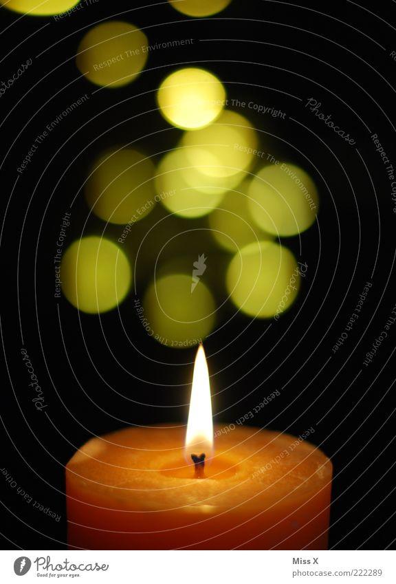 Kerzenschein gelb glänzend leuchten Punkt brennen Flamme Docht Flackern