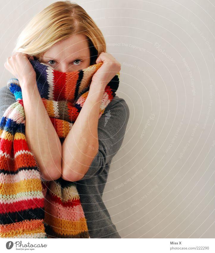 Ich werd mich lieber verstecken... Mensch Jugendliche Gesicht feminin Gesundheit Erwachsene blond Mode Bekleidung Erkältung Frau festhalten Schüchternheit Scham
