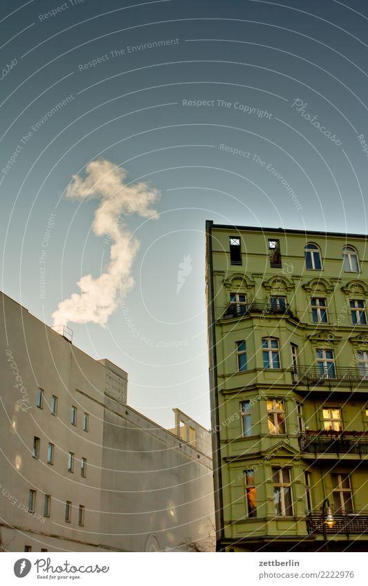 Heizperiode Himmel Himmel (Jenseits) Stadt Haus Wolken Fenster Berlin Mauer Fassade Textfreiraum Häusliches Leben Stadtzentrum Wohnhaus Rauch Wohnhochhaus Abgas