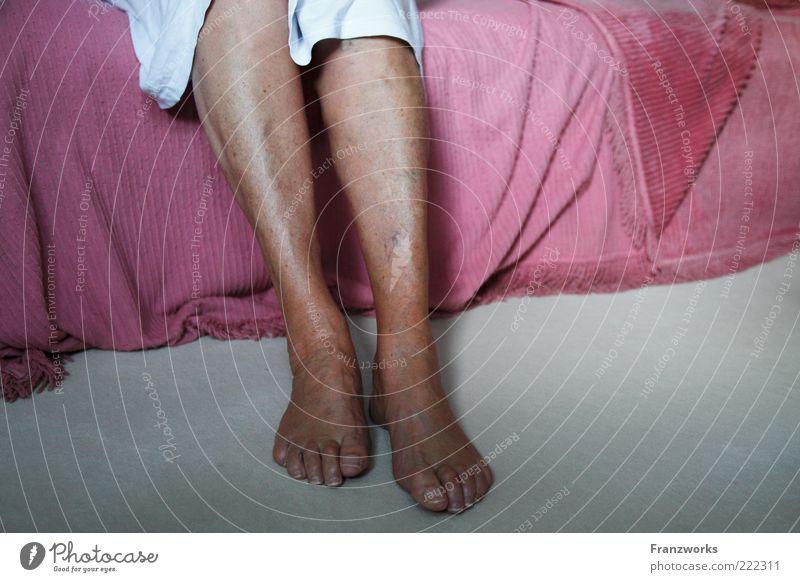 Madame Meuble Frau Mensch ruhig Erwachsene Gefühle Senior Beine Fuß Haut sitzen Häusliches Leben Stoff Bett weich berühren Wohlgefühl