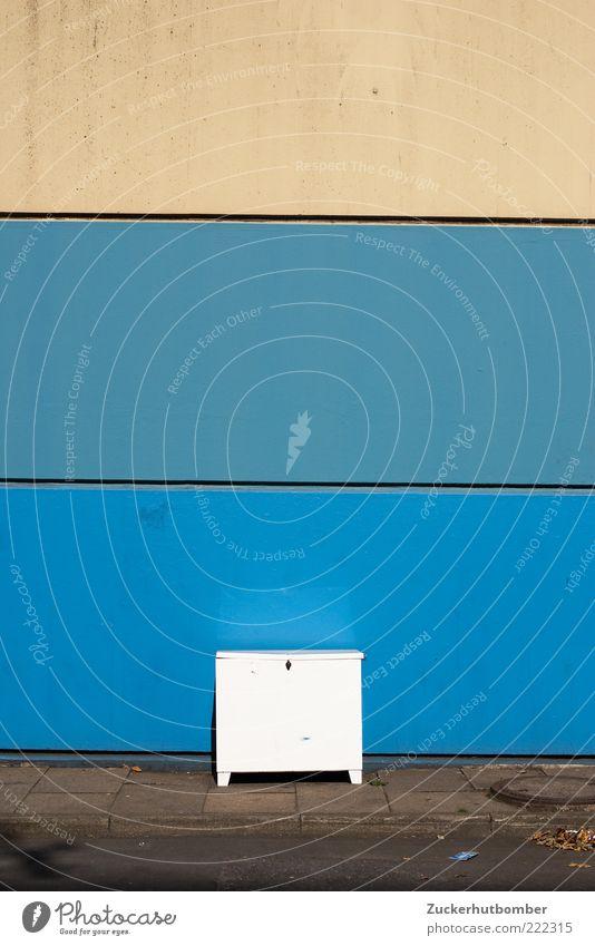 Weißer Kasten weiß blau Wand Mauer Streifen einfach Kasten Bürgersteig eckig Schrank Bordsteinkante Sperrmüll