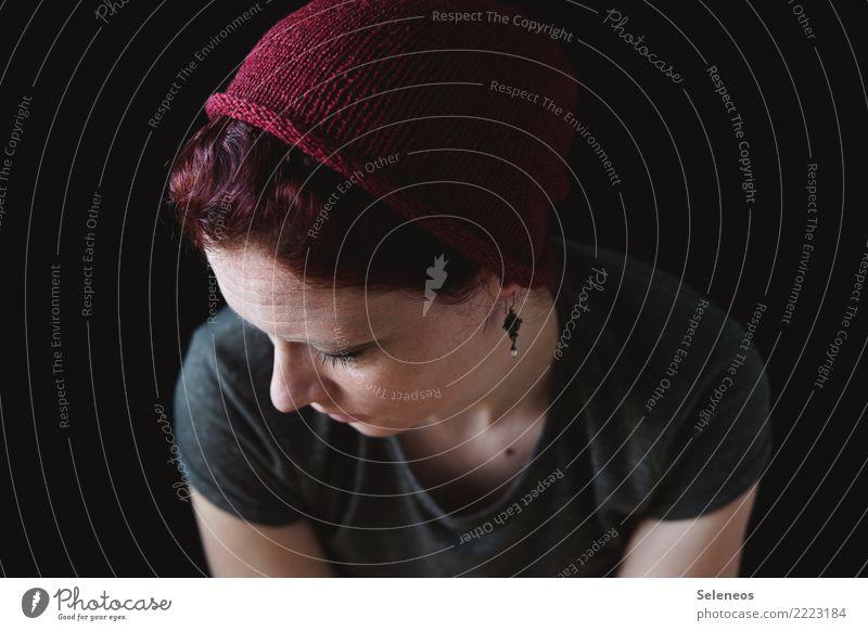 nachher Handarbeit stricken Mensch feminin Frau Erwachsene Haut Kopf Haare & Frisuren Gesicht Ohr Nase 1 Schmuck Mütze Wollmütze Denken träumen Traurigkeit
