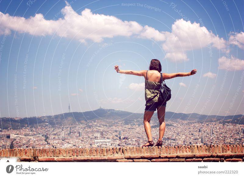 Hugs for free Mensch Jugendliche Stadt Ferne Leben Wand feminin Freiheit Mauer Erwachsene genießen Barcelona Umarmen Spanien Schönes Wetter Licht
