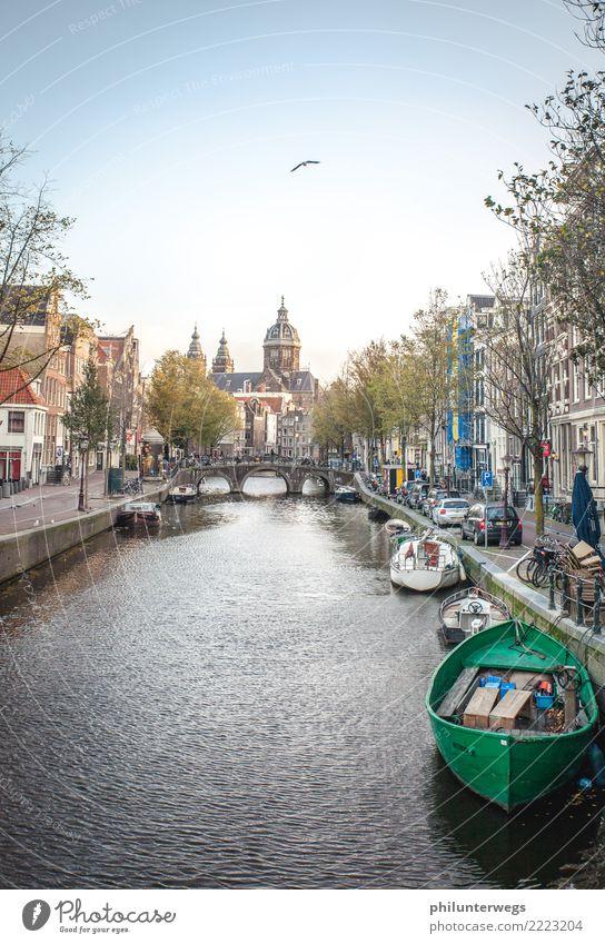 Rotlichtviertel Amsterdam bei Tag Wasser Schönes Wetter Flussufer Gracht Niederlande Stadt Hauptstadt Hafenstadt Stadtzentrum Altstadt Menschenleer Haus Kirche