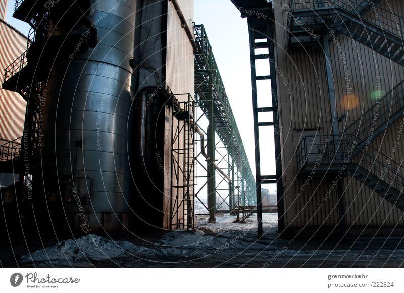 Werkstadt kalt dunkel grau Metall Kraft Industrie Treppe Stahl Eisen Treppengeländer Industrieanlage Textfreiraum Schmelzofen Stahlwerk