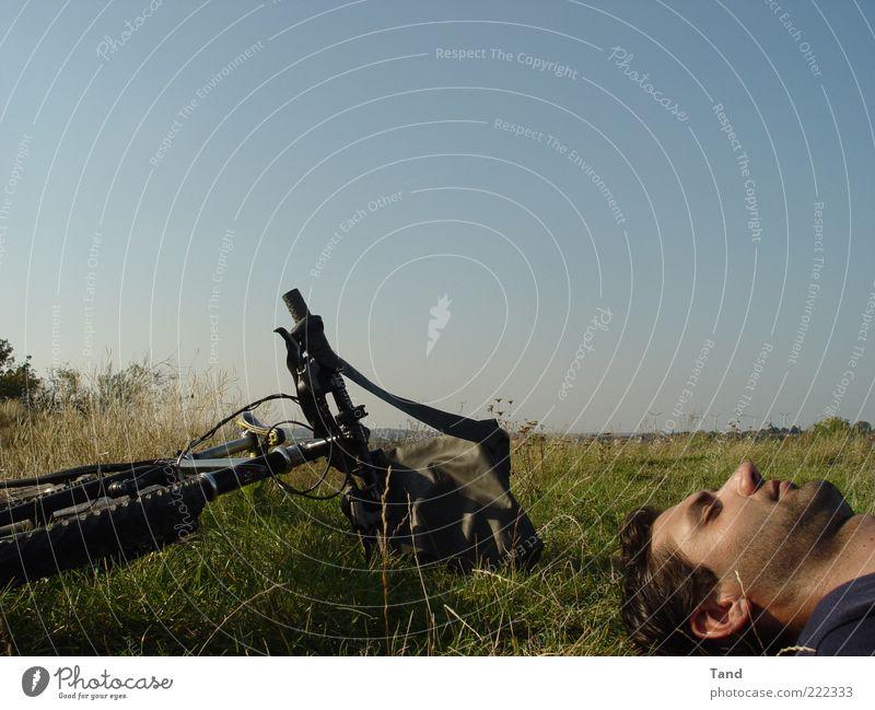 Pause Mensch Mann Jugendliche Sonne Sommer ruhig Erholung Glück Kopf Zufriedenheit Fahrrad Erwachsene maskulin Ausflug liegen Gelassenheit