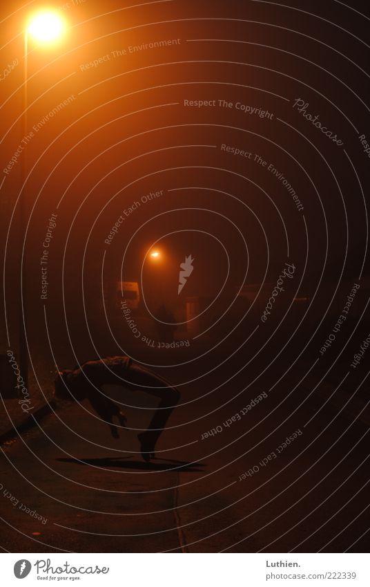 fog Mensch Straße Freiheit träumen Nebel fliegen frei außergewöhnlich geheimnisvoll Laterne Straßenbeleuchtung Schweben Nacht Lichtschein Mysterium