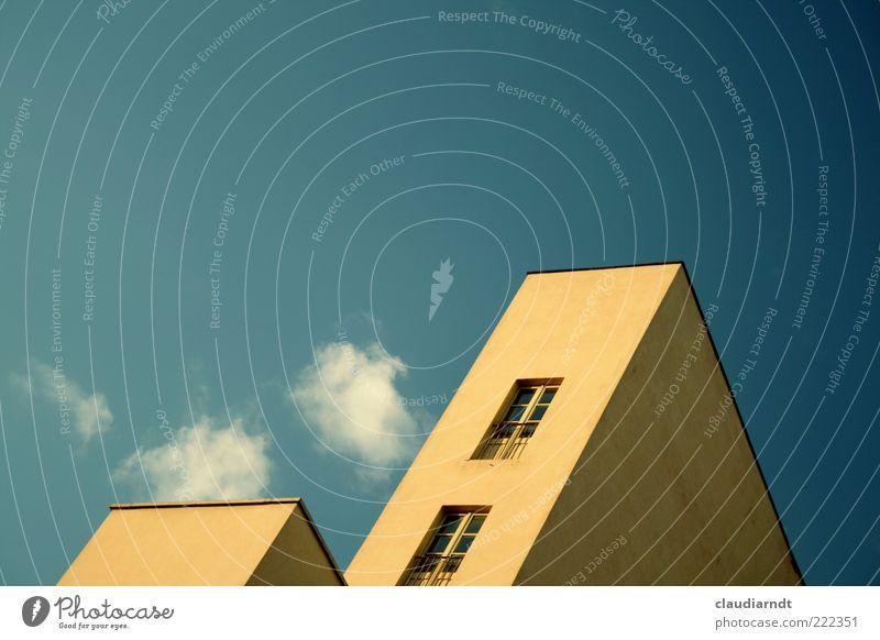 Stürzende Linien Haus Bauwerk Gebäude Architektur Fassade Fenster modern Bauhaus Sprossenfenster Blauer Himmel Wand einfach eckig Ecke Dreieck Perspektive