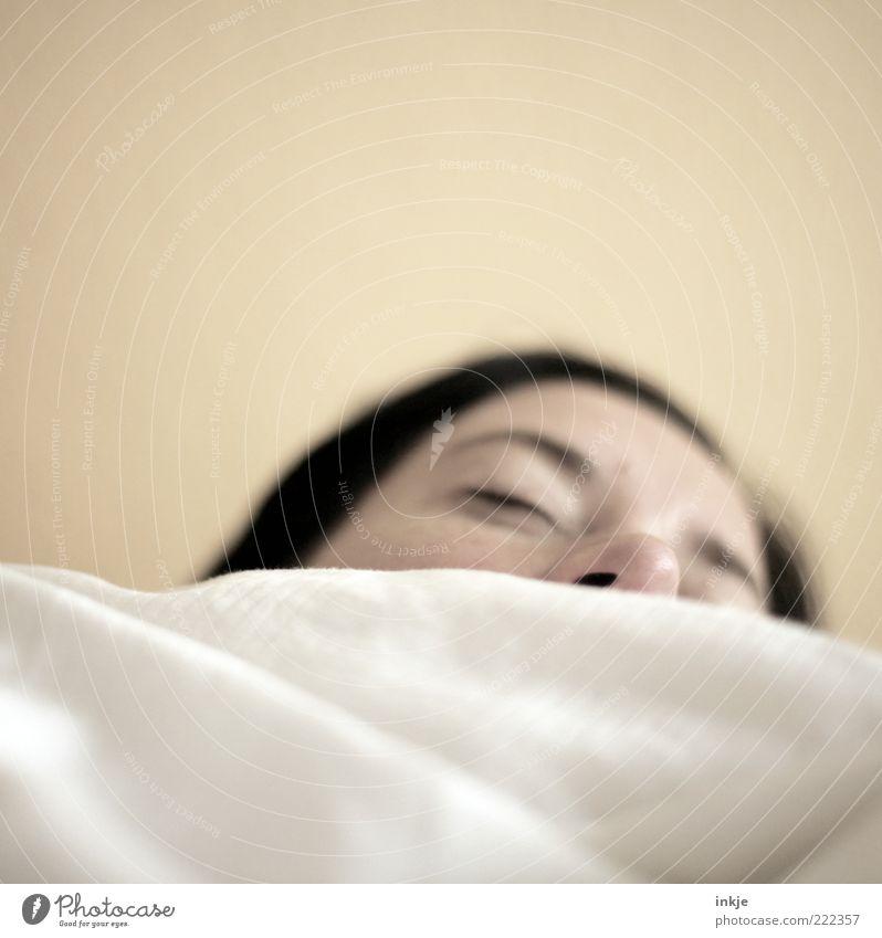 krrrrrr......püüüüühhhhhh...(sehr leise gesprochen) Frau ruhig Gesicht Erwachsene Erholung Gefühle träumen Stimmung Nase schlafen Bett Warmherzigkeit Müdigkeit brünett Wohlgefühl atmen