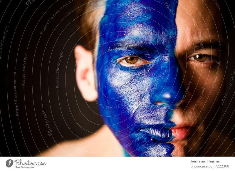 blaues wunder Mensch maskulin Junger Mann Jugendliche Gesicht 1 18-30 Jahre Erwachsene Blick Aggression Wut Rache Farbfoto Innenaufnahme Porträt Farbe angemalt