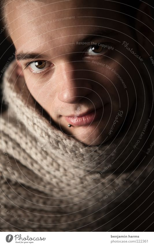 hartes weich gemacht Mensch maskulin Junger Mann Jugendliche Kopf 1 18-30 Jahre Erwachsene Schal Blick Freundlichkeit Fröhlichkeit Glück schön nah positiv