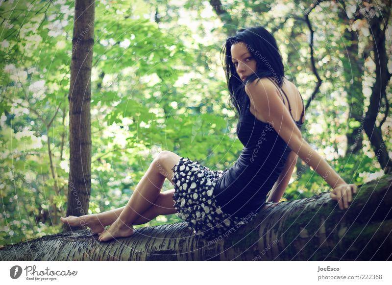 schulterblick... Wohlgefühl Sommer feminin Frau Erwachsene Leben 1 Mensch 18-30 Jahre Jugendliche Natur Baum Kleid schwarzhaarig langhaarig beobachten